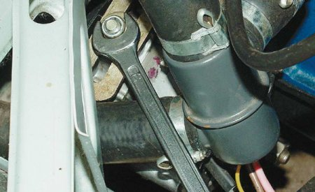 http//www.avtomanual.com/uploads/posts/2013-08/thumbs/1377409435_kak-osuschestvlyat-proverku-krepleniy-v-avtomobile.jpeg